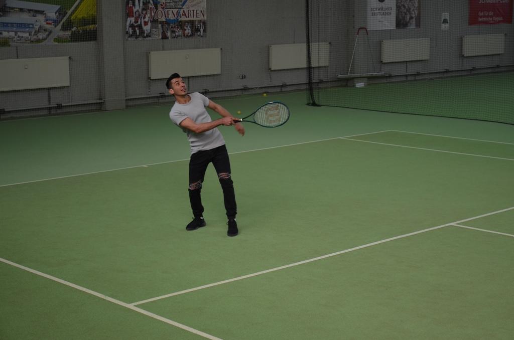 Mohammad_erste_Tenniserfahrungen_kl.JPG